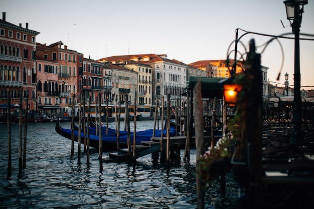 伝統的なゴンドラ、夏、ヴェネツィア、イタリアの日没で黄金の夜の光の美しい景色