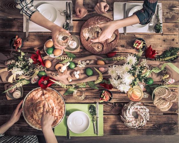 Домашний праздник друзей или семьи за праздничным столом
