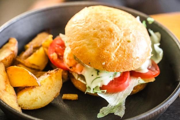 カフェで皿にジャガイモとサンドイッチ