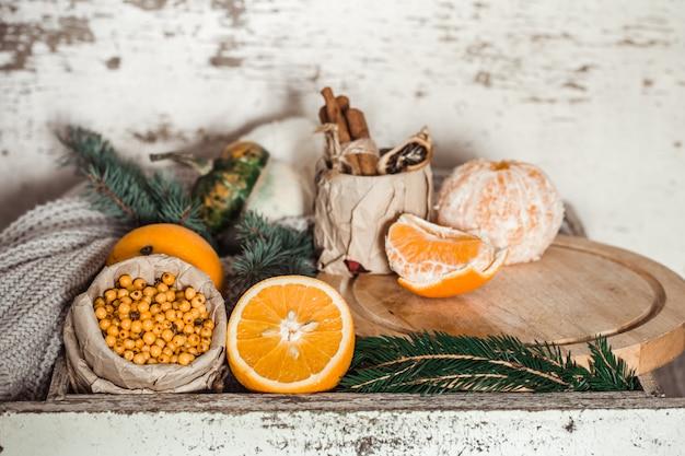 オレンジと海クロウメモドキのある静物