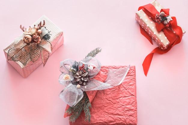 Красивая подарочная праздничная коробка на розовой стене