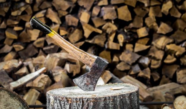 切り株で立ち往生している古い斧