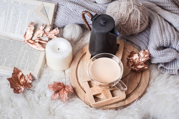 Осень-зима уютный домашний натюрморт с чашечкой горячего напитка.