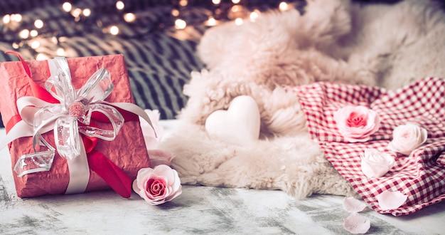木製のテーブルにバレンタインデーのギフト