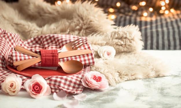 木製のテーブルカトラリーでバレンタインデーのお祝いディナー
