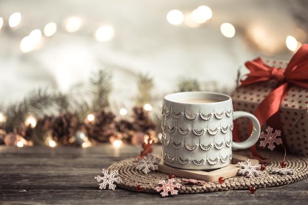 ライト付きの木製の背景の上にカップとお祝い。