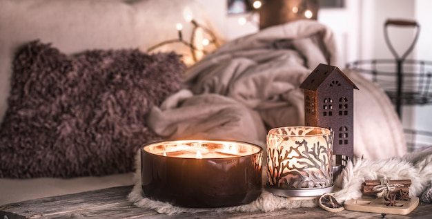 Домашний натюрморт в интерьере с красивыми свечами, на столе уютный домашний декор