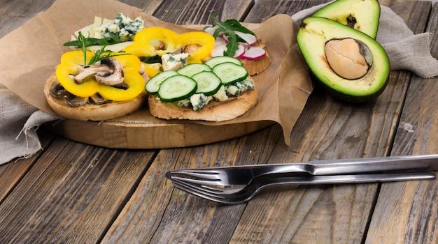 木製の背景に健康食品をサンドイッチ