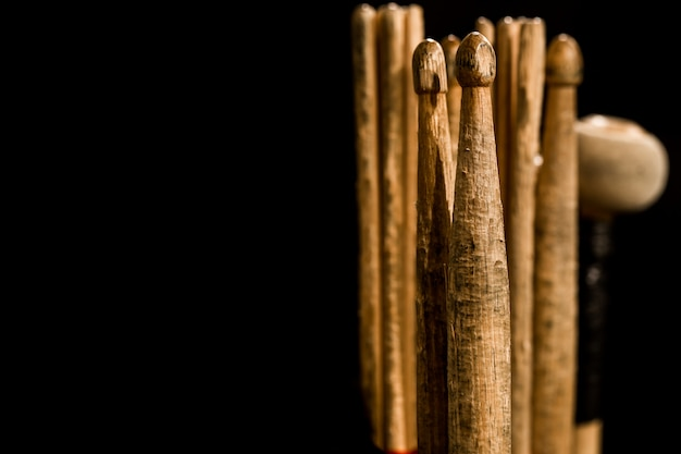 Барабанные палочки для барабанов, черный фон