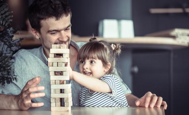 Папа играет со своей дочерью