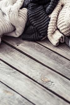 木製の壁にニットのセーター