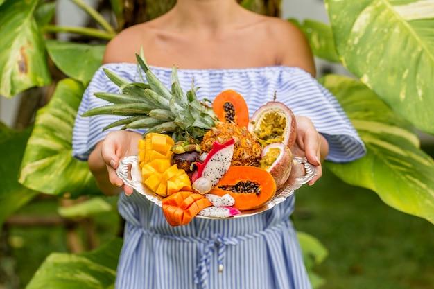 Поднос с экзотическими фруктами