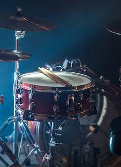 Набор ударных музыкальных инструментов, вспышка света, красивый свет с копией пространства