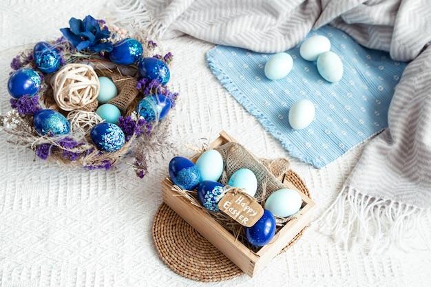 Пасхальный натюрморт с синими яйцами, праздничный декор.
