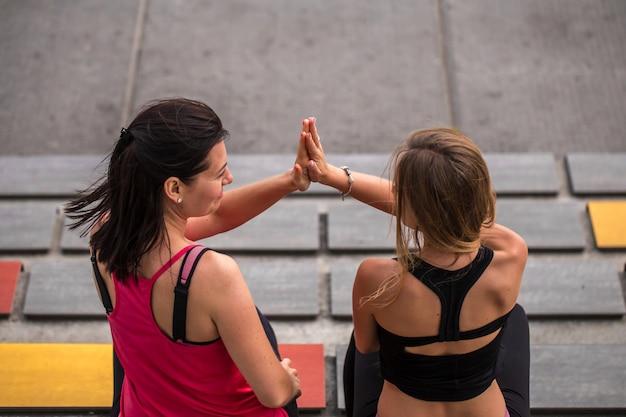 Две подружки занимаются спортом