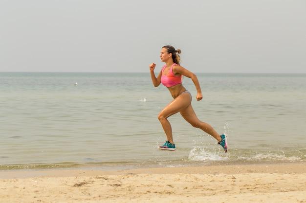 Красивая спортивная девушка на пляже