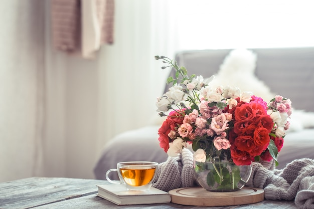 造花の花瓶を備えたモダンなリビングルームのインテリアデザイン