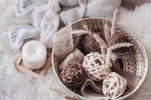 Уютный домашний натюрморт с плетеной корзиной с декором.