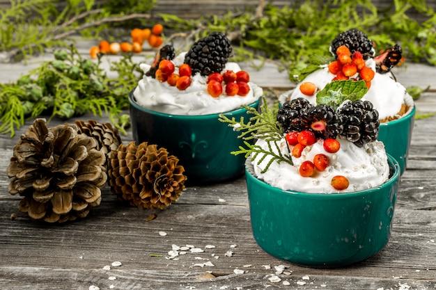 クリームと美しいクリスマスカップケーキ