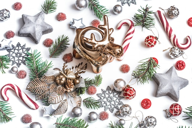 クリスマスの組成物。ギフト、モミの木の枝、白い壁に赤い装飾。冬、新年のコンセプトです。フラットレイアウト、等角図