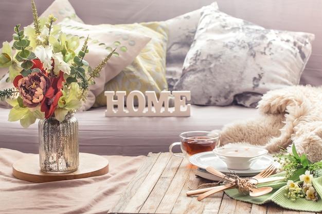 Интерьер натюрморта с предметами декора в домашней гостиной