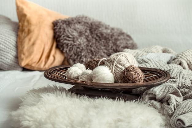 編み物用の居心地の良いさまざまな糸のある静物。