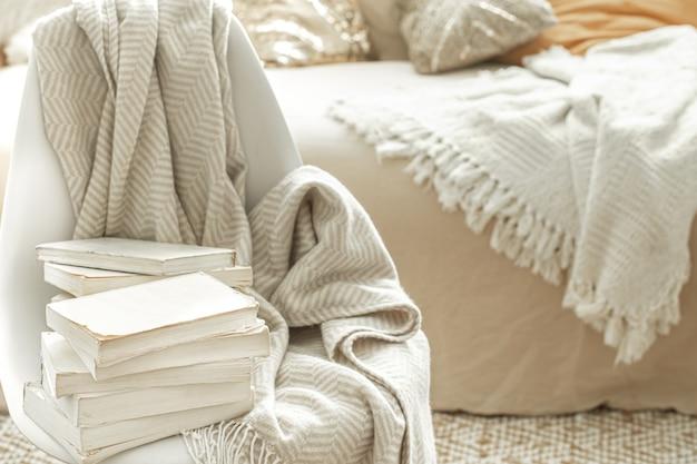 インテリアに本が置かれた居心地の良い家庭的な雰囲気