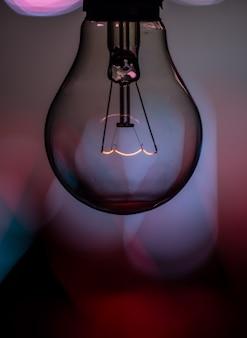 美しい背景に電球
