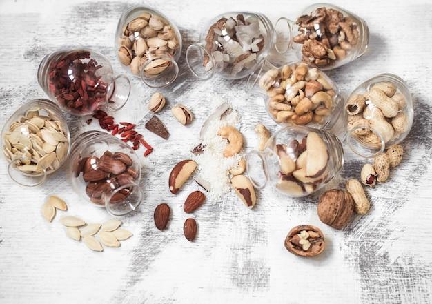 Разные орехи в баночках