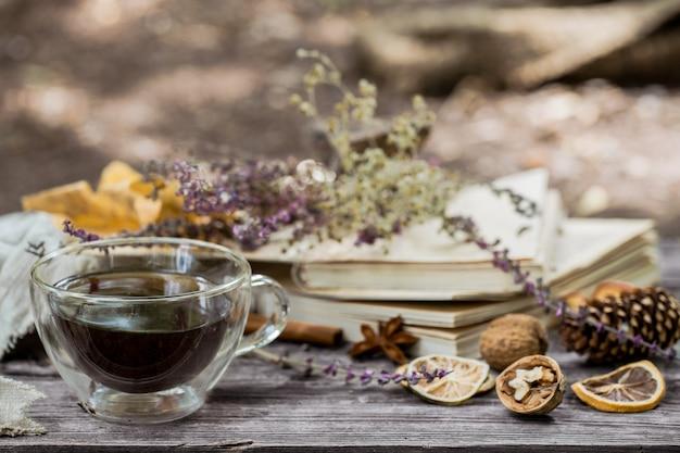 Чашка чая с осенними листьями