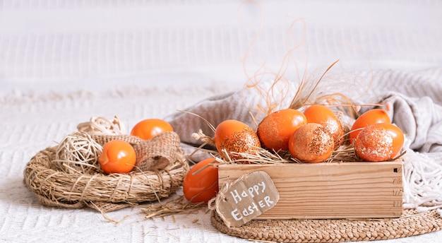 Пасхальный натюрморт с оранжевыми яйцами, праздничный декор.