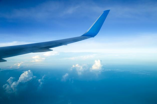 飛行機の窓から撮影