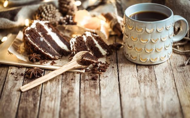 Уютная чашка чая и кусок торта