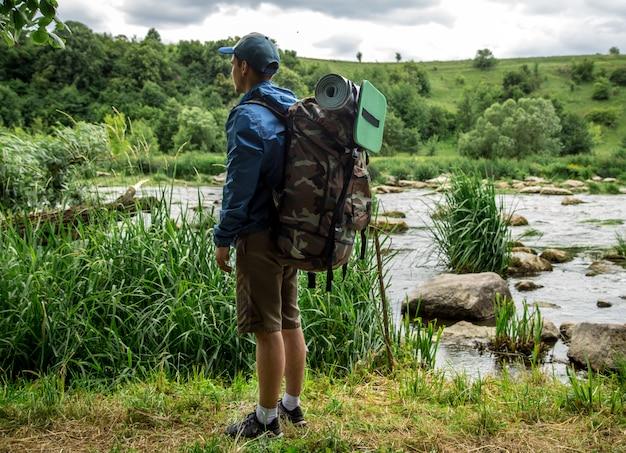 ハイキングのバックパックを持つ若い男
