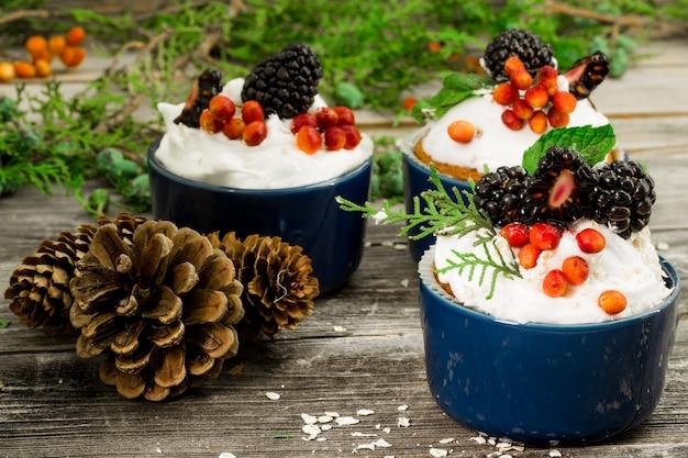 クリームとベリーの美しいクリスマスケーキ