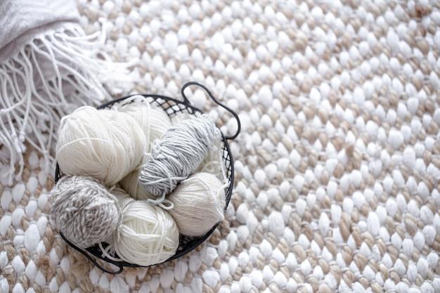 Разная пряжа для вязания в пастельных тонах.