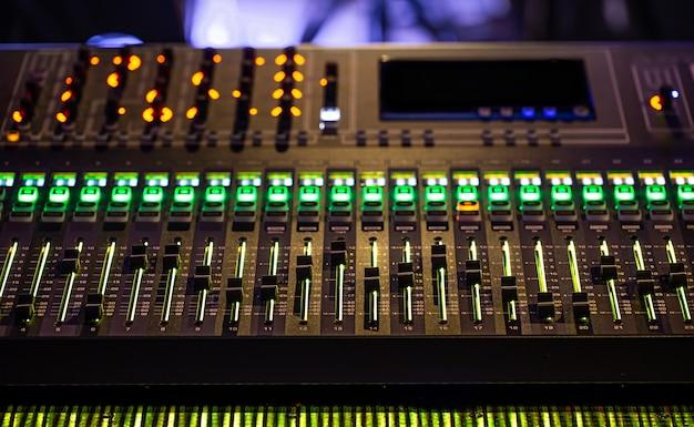 レコーディングスタジオのデジタルミキサー。サウンドを操作します。創造性とショービジネスの概念。