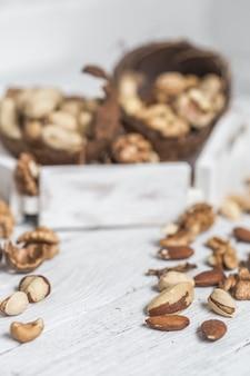 Разные орехи крупным планом на белом фоне деревянные