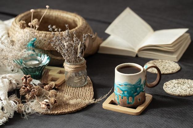 美しいカップのある居心地の良い部屋での静物。