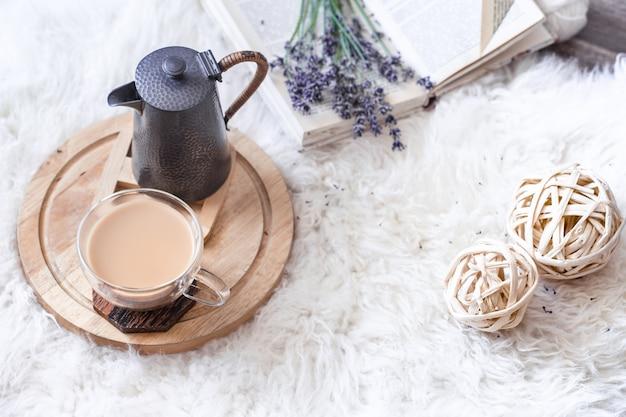 Уютный натюрморт с чайником и чашкой горячего напитка