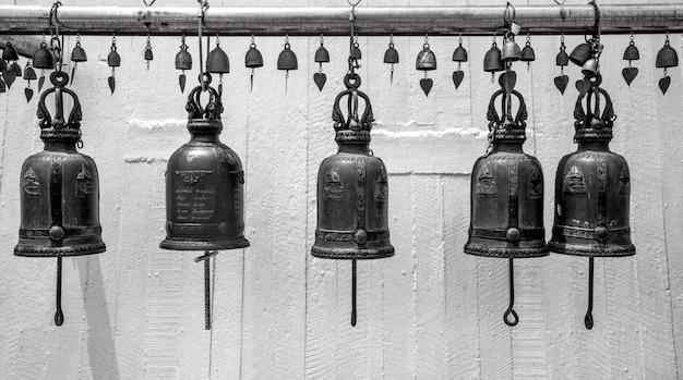 仏教寺院の近くの金属の鐘