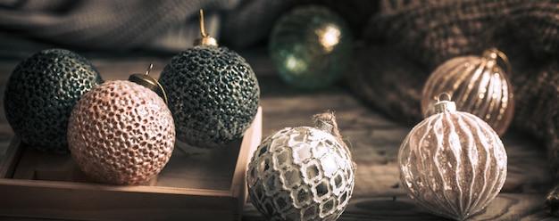 素朴なテーブルでクリスマスボール