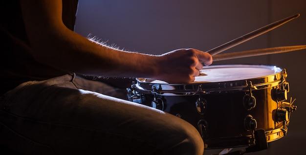 Человек играет на малом барабане