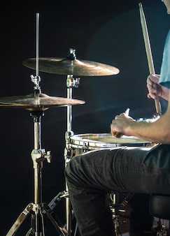 Человек играет на барабане, вспышка света, красивый свет