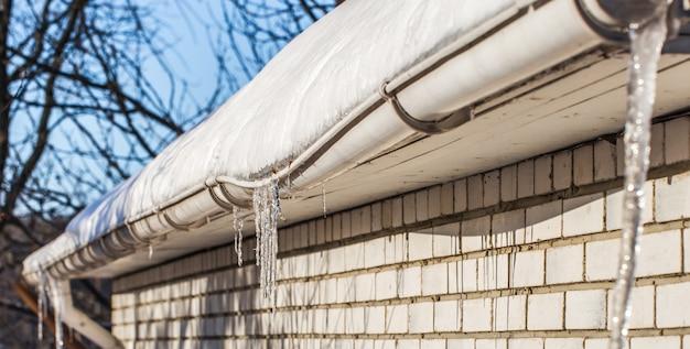 Ледяные сосульки на крышах домов