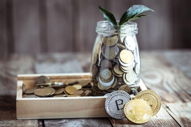 Монета биткойн и банка с монетами