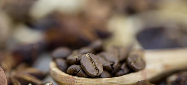 Кофейные зерна на деревянной ложке