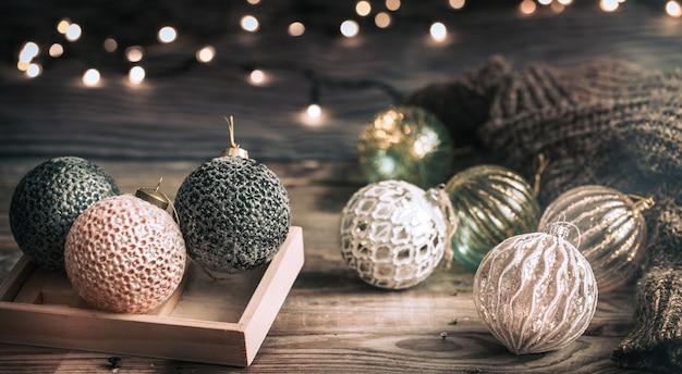 エレガントなクリスマスボールまたは木製のテーブルにつまらない