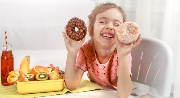ドーナツを食べて少し陽気な美少女