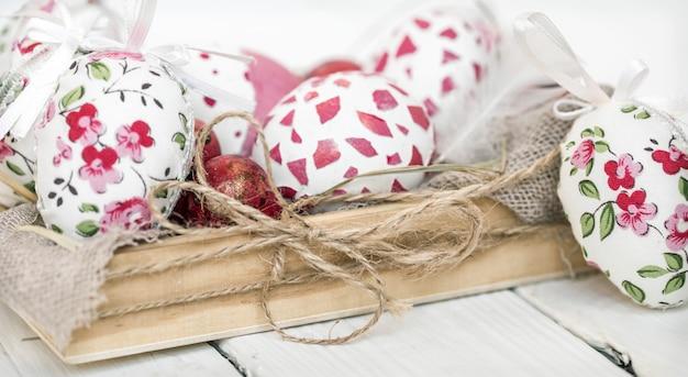 Пасхальные яйца в деревянной коробке